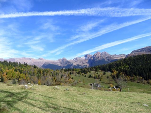 Gli alpeggi sovrastanti Segin/Gribbio e sullo sfondo i rilievi che delimitano la Leventina dalla valle di Nara