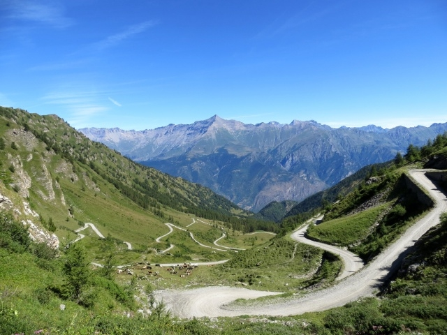 La strada sterrata che sale al Colle delle Finestre dalla Val di Susa