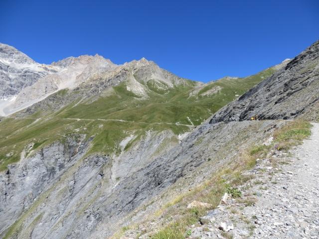 La parte finale del traverso della militare che risale il vallone della Rho - sullo sfondo la Gran Bagna