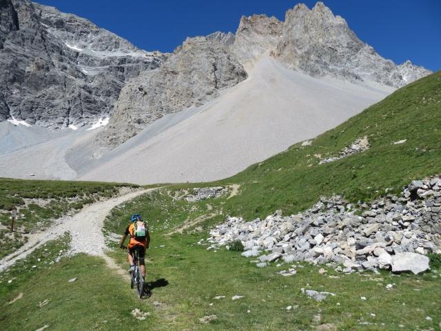 Pian dei morti - l'inizio del sentiero per il Colle della Rho, sullo sfondo il ghiaione della Gran Bagna
