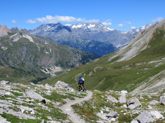 Discesa dal Colle della Rho su sentiero lungo il versante francese - sullo sfondo il Massiccio Gébroulaz