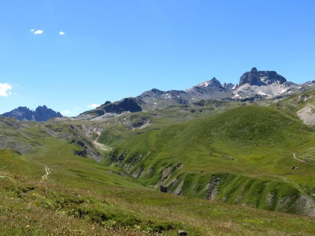Salita al Colle di Valle Stretta da Valfrejus - sullo sfondo il Colle, il gruppo del Thabor e l'omonimo rifugio