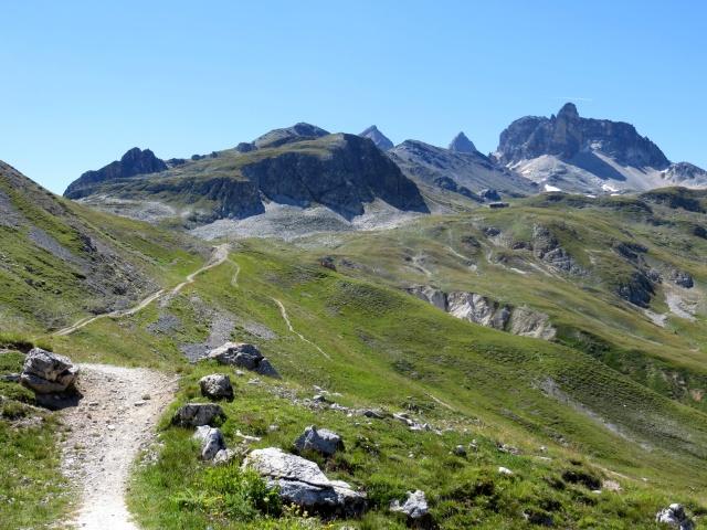 Il tratto più ripido del sentiero che conduce al Colle di Valle Stretta dal Col de la Replanette  - sullo sfondo il gruppo del  monte Thabor e l'omonimo rifugio