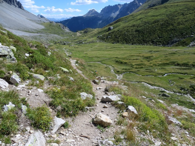 Discesa su sentiero nel vallone di Tavernette - tratto finale di sentiero che supera la balza rocciosa non ciclabile