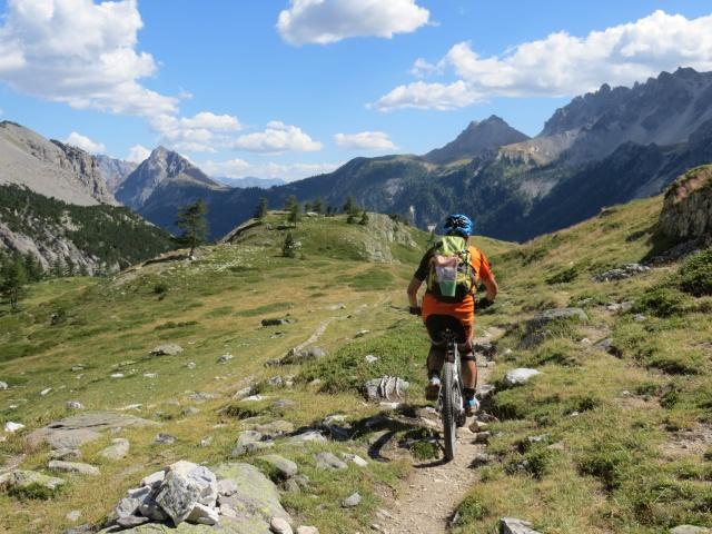 Il sentiero che scende nel vallone di Tavernette dal Colle di Valle Stretta