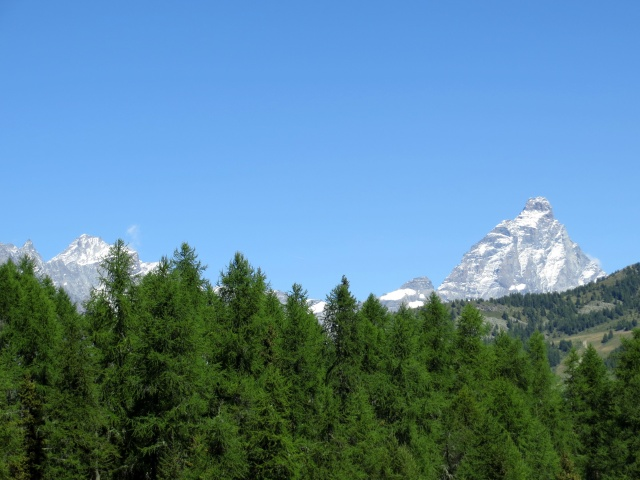 L'inconfondibile punta del Cervino compare dall'Alpe Pilaz