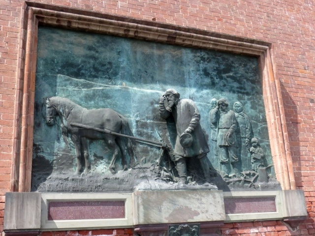 Bassorilievo presente lungo una facciata del Castello di Cereseto