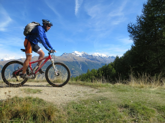 Percorrendo la traccia sterrata che da Moosalp conduce all'alpeggio di Läger