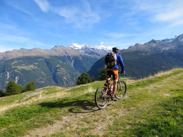 Percorrendo la traccia sterrata che da Moosalp conduce all'alpeggio di Lager - panorami sul Trittico del Sempione