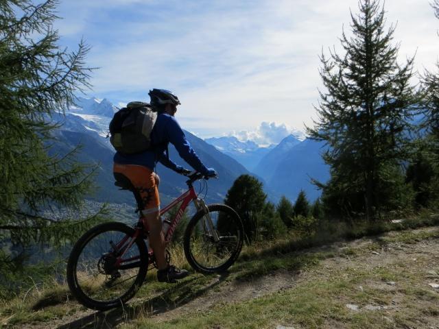 Percorrendo la traccia sterrata che da Moosalp conduce all'alpeggio di Läger - grandi panorami sul Breithorn (Monte Rosa)