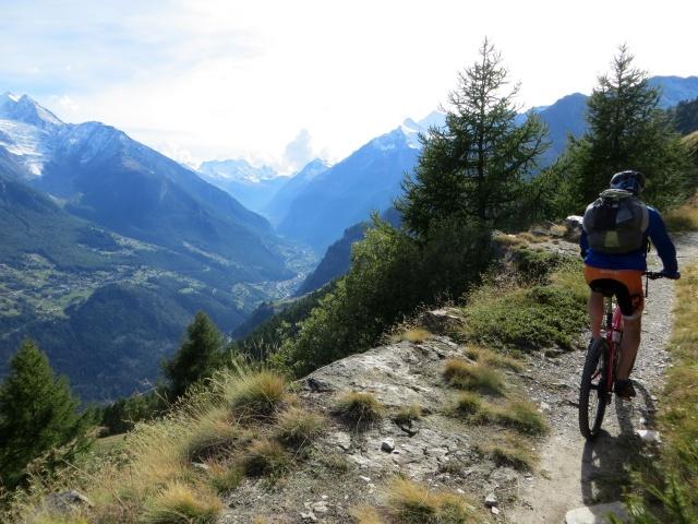 Il panoramico trail in direzione dell'alpeggio di Läger