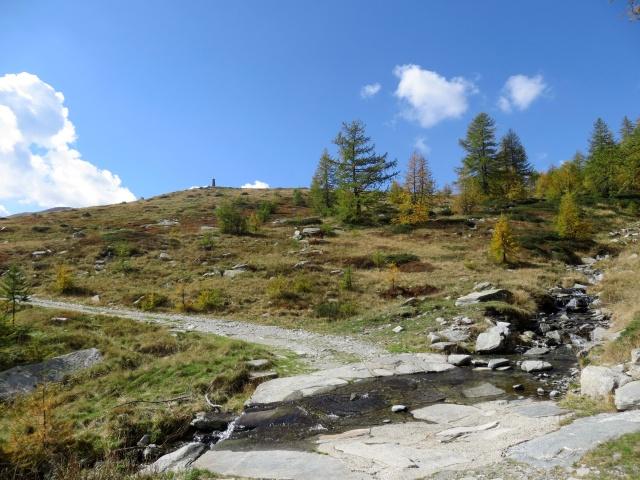 Percorrendo lo sterrato che sale all'Alpe Monscera - quota 1.900