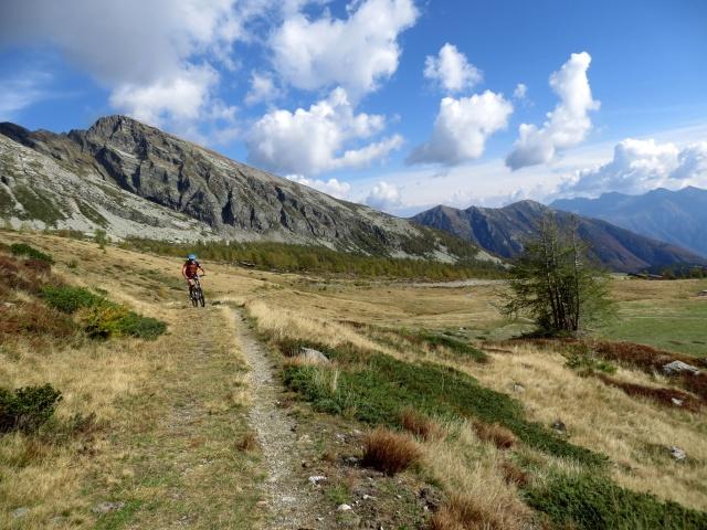 La traccia di sentiero che precede il Passo dopo l'Alpe Monscera
