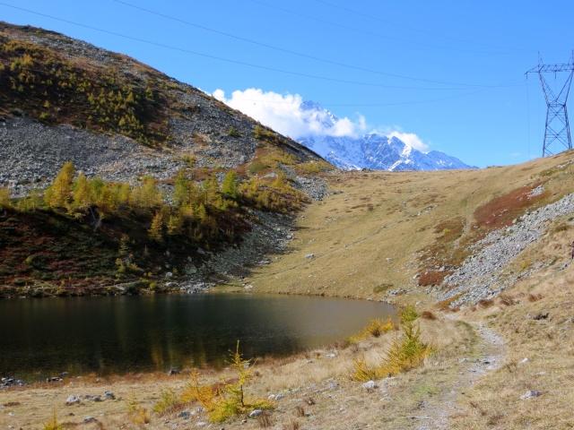 Il piccolo lago Alpino nella conca di Monscera - sovrastante l'omonimo Passo ed il Fletschhorn sullo sfondo