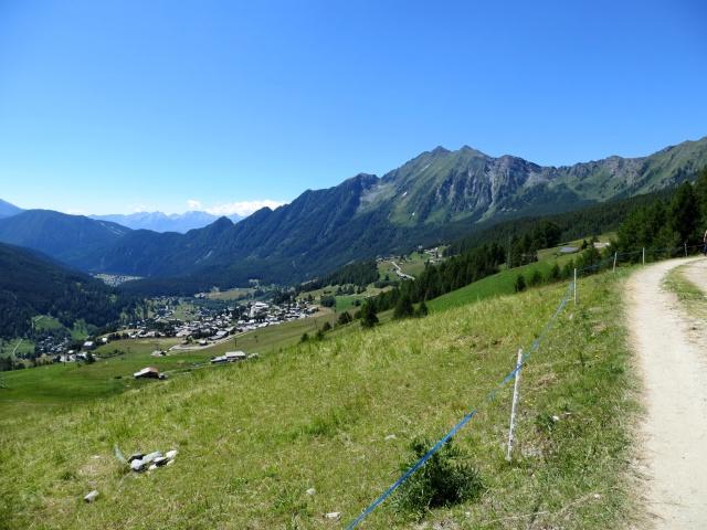 Tra i pascoli dell'alta Val d'Ayas occidentale, sullo sfondo Antagnod ed il Monte Zerbion