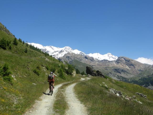 Salita sterrata per il Rifugio Grand Tournalin - sullo sfondo la catena del Monte Rosa