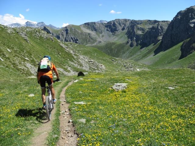 Percorrendo il sentiero che scende dal Rifugio Grand Tournalin