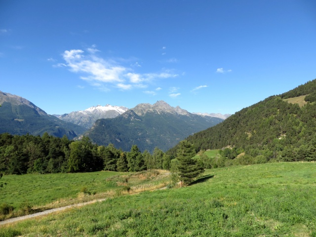 Sterrato che sale al paese di Grand Sarriod - panorama