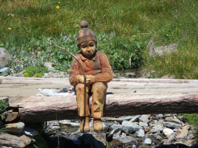 Caratteristica scultura in legno che adorna il sentiero che sale al rifugio Mont Fallère