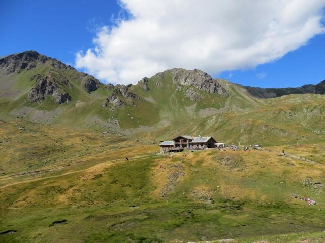 il rifugio Mont Fallere ed alle spalle il Monte di Vertosan
