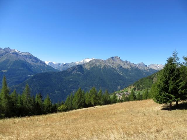 Panorama sull'abitato di Vens, sullo sfondo il Rutor