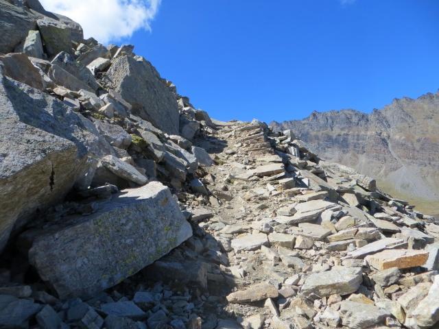 Impedalabile sentiero per il Colle Manteau nel tratto di pietraia
