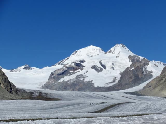 Il ghiacciaio dell'Aletsch - in primo piano il Trugberg (dx, 3.933 m) ed il Mönch (sx, 4.107 m)