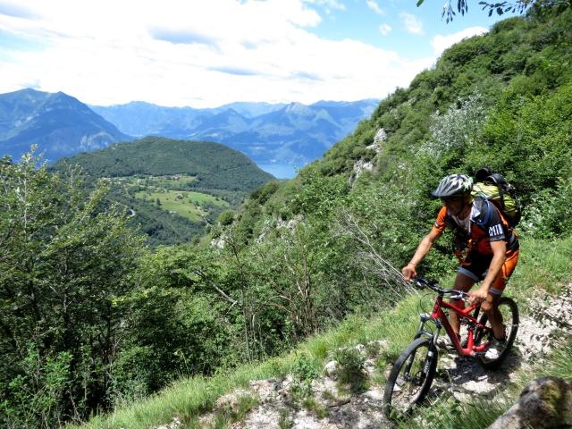Sentiero per l'Alpe di Esino da Cainallo, sullo sfondo Ortanella