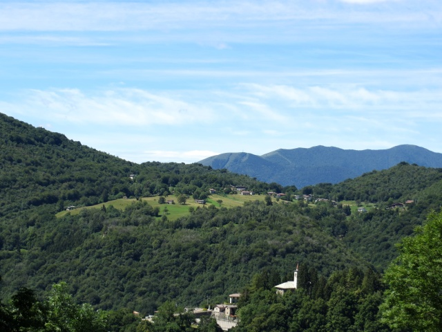 Ortanella con il Monte San Primo sullo sfondo