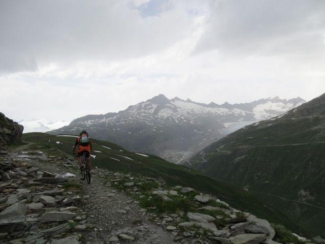 Single track per Bidmer, sullo sfondo il ghiacciaio del Rodano