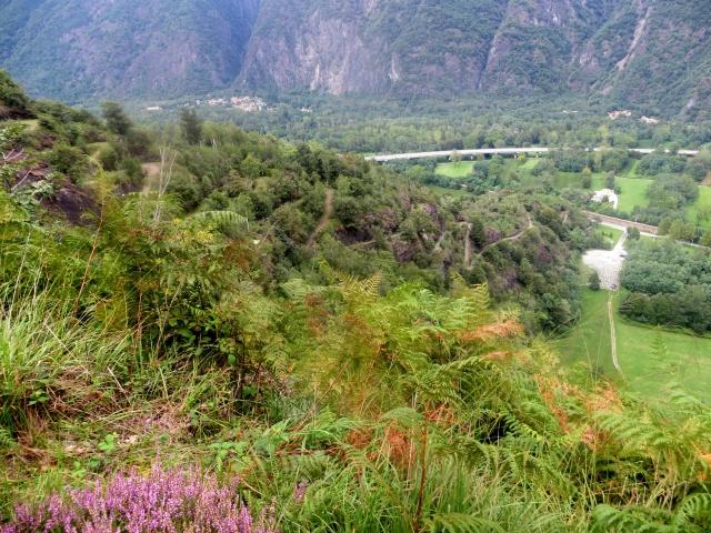 Panoramica dell'ultimo tratto di discesa verso Migiandone lungo la Linea Cadorna