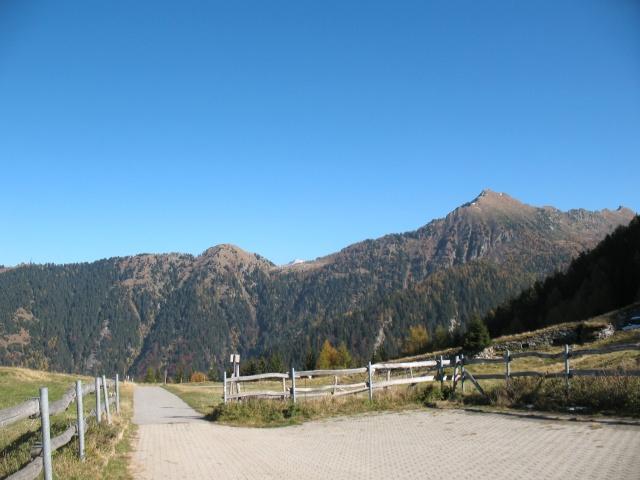 Al culmine della salita presso l'Alpe della Costa, al centro Cadolcia ed il tunnel per l'Alpe Cadinello