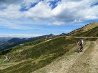 In direzione della Colma dei Lavaggi, sullo sfondo l'Alpe di Mera (sx) ed il Monte Camparient (dx)