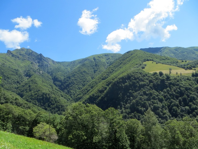 Discesa verso Indemini, vista sulla vetta del Monte Tamaro (sx) e del Monte Gradiccioli (dx nell'ombra)