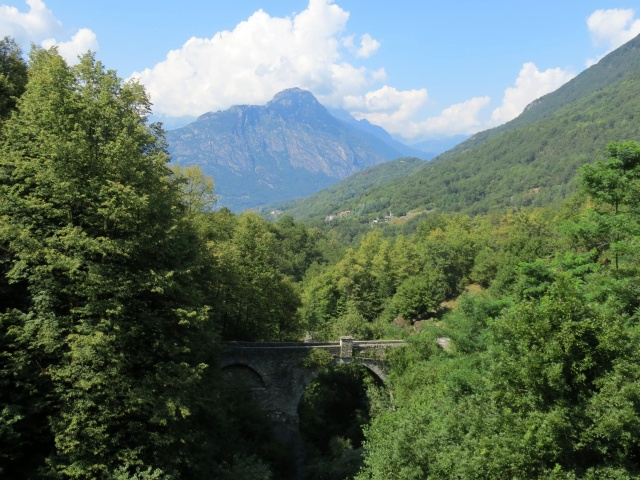 Caratteristico ponte di pietra nei pressi di Trontano