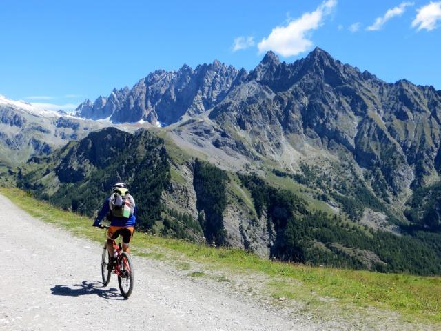 Nella conca di By - vista su Becca Crevaye (3.320), Mont Clapier (3.437), Monte Berrio (3.077) e Punta Fiorio (3.332)