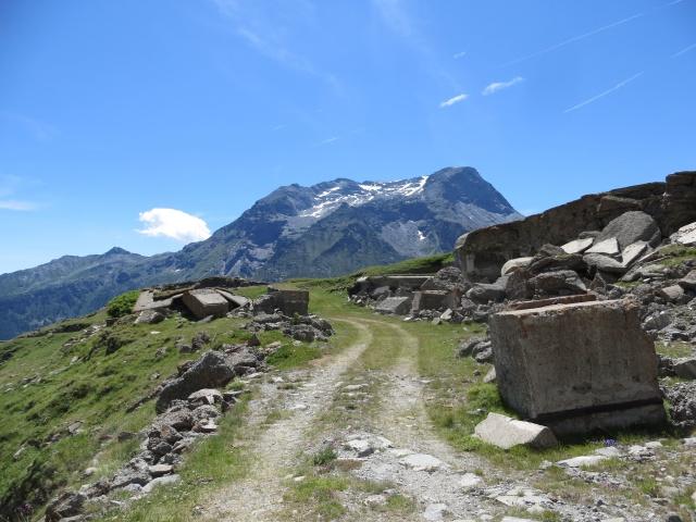 Resti di fortificazioni militari pedalando in direzione dell'Alpe Lamet