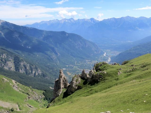 In direzione dell'Alpe Tour - caratteristiche formazioni rocciose, sullo sfondo la piana di Venaus