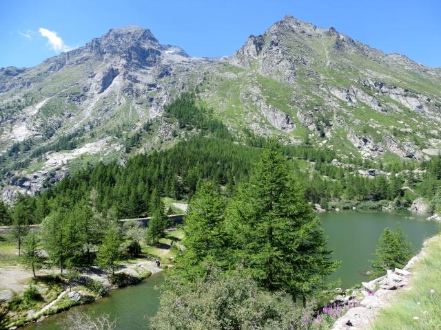 Il lago d'Arpon sovrastato dal massiccio del monte Ciusalet