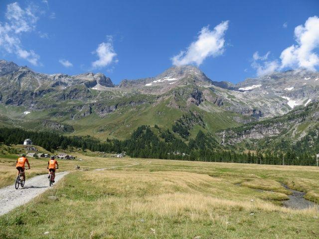 Alpe Veglia, sopra sovrasta l'imponente Punta Rebbio