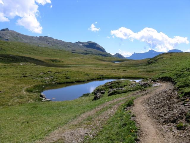 Lago alpino verso l'Alpe della Satta