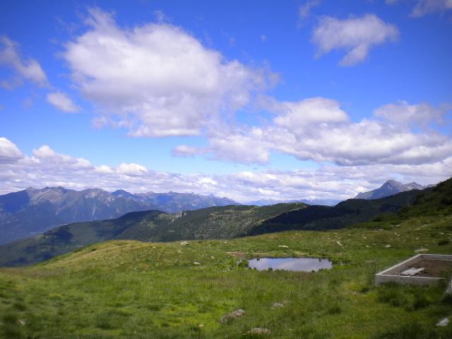 Piano delle Pecore, sullo sfondo a destra il Pizzo di Claro