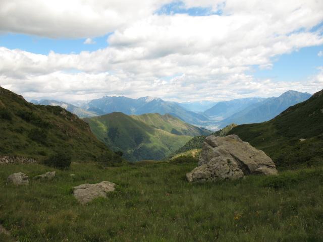 Lungo il traverso da Sommafiume al rifugio il Giovo, panorama sul Colico e le porte della Valtellina