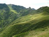 Alpe Albano, al centro la Cima Pomodoro, sulla destra il Monte Albano, a sinistra il Motto della Tappa