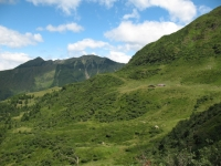 Panorama sul Piano delle Pecore, sullo sfondo la Cima delle Cicogne ed il Corno del Gesero