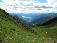 Discesa in Val Morobbia dal Passo di San Jorio, sullo sfondo il Piano di Magadino ed il lago Maggiore
