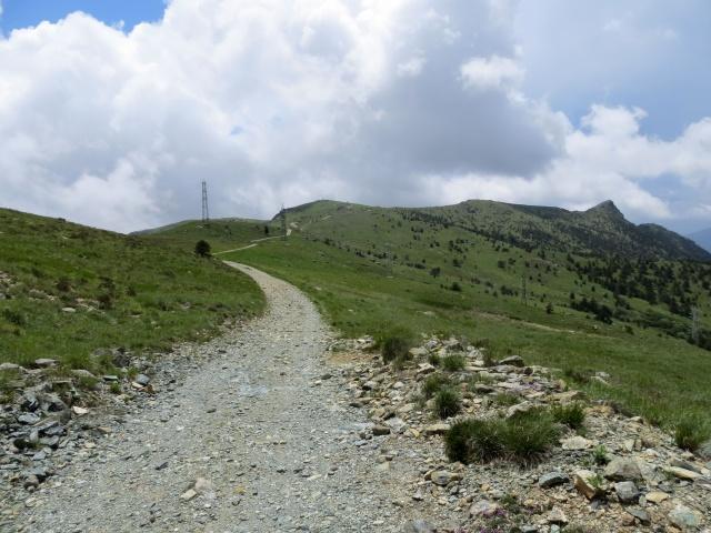 Alta Via dei Monti Liguri verso il Colle Gandolfi - sullo sfondo a destra Punta Martin