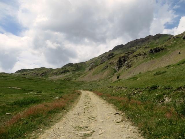 In direzione dell'alpeggio Tsa de la Comba - sullo sfondo l'Alpe Tsa de Morgnoz