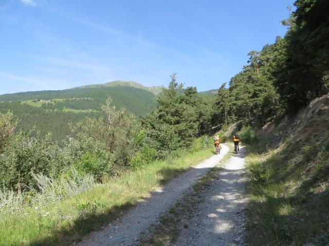 La facile poderale che sale in direzione dell'Alpe Metz de Bionaz