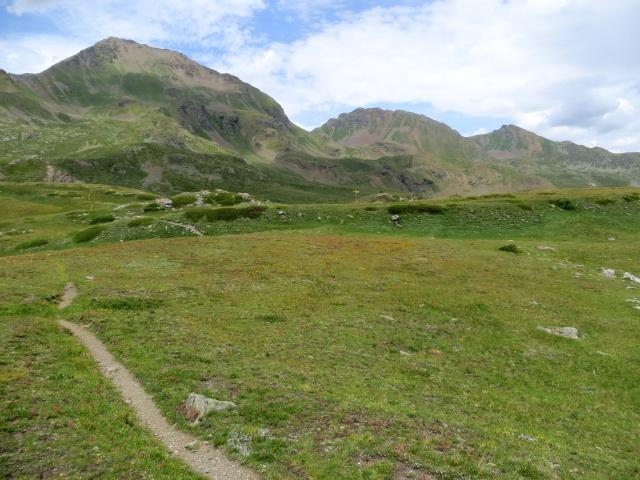 Il sentiero che attraversa l'alpeggio Tsa de la Comba